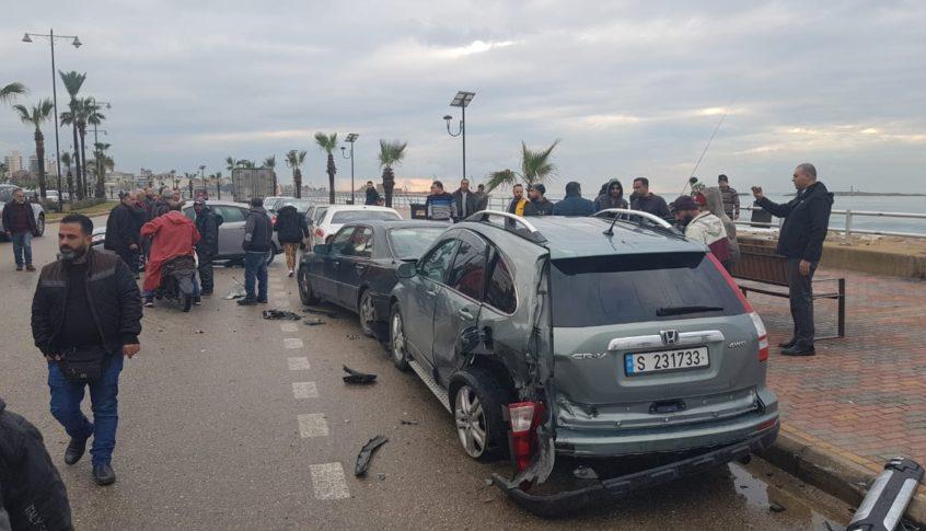 سيارة اجتاحت 3 سيارات عند الكورنيش البحري في صيدا