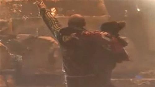 أمام مدخل السراي.. رجل يحمل طفله وسط إطلاق خراطيم المياه !