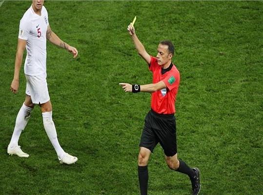 بالفيديو: لاعب كرة قدم يتلقى 3 بطاقات في غضون 12 ثانية