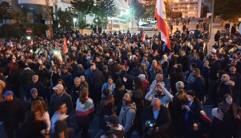 تجمع لعدد من المحتجين امام منزل دياب في تلة الخياط