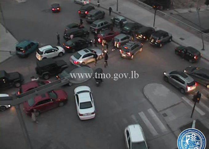 محتجون قطعوا السير على تقاطع الصيفي الاتجاهين