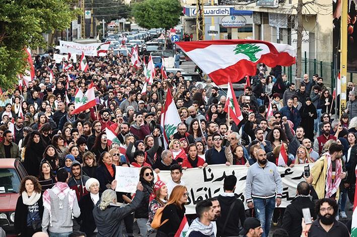 انطلاق المسيرة من فردان باتجاه ساحة الشهداء رفضا للسياسات المصرفية