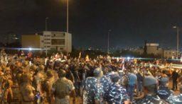 محتجون ازالوا بلوكات الباطون في محيط مبنى جريدة النهار