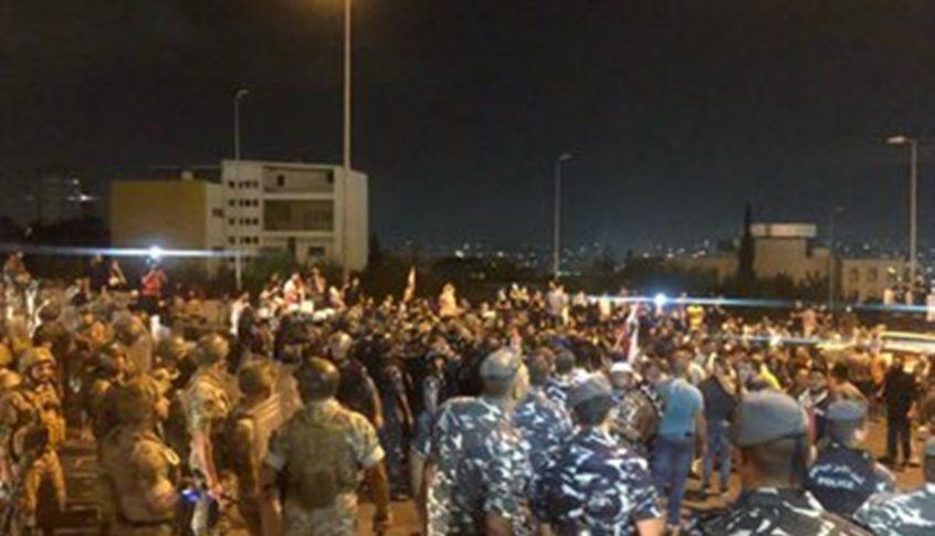بدء المواجهات بين المحتجين والقوى الأمنية في محيط بلدية بيروت