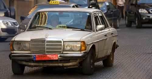 وزير جديد دخل الى مجلس الوزراء بسيارة أجرة!