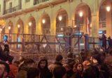 متظاهرون يزيلون جزءا من السياج الشائك عند احد مداخل مجلس النواب