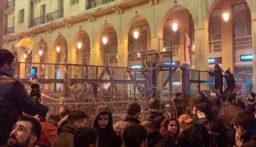 متظاهرون يرشقون القوى الأمنية بالحجارة في محيط مجلس النواب