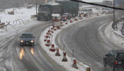 طريق ضهر البيدر مقطوعة بسبب تراكم الثلوج
