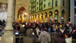 قوى الامن تطلب من المتظاهرين امام مجلس النواب الابتعاد عن السياج الشائك
