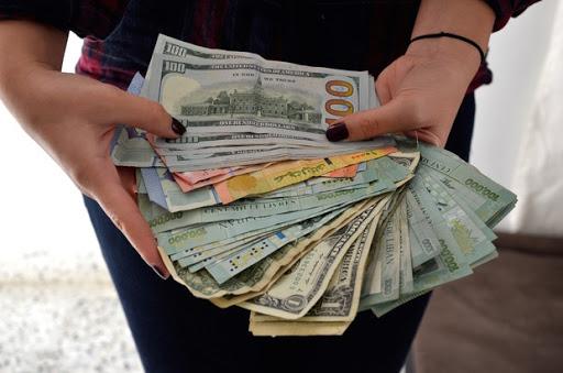 الدولار يواصل صعوده.. تخطى عتبة الـ2300 ليرة!