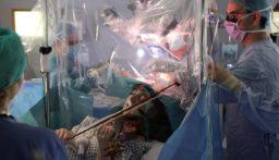 بالفيديو: مريضة تعزف الكمان أثناء الخضوع لجراحة استئصال ورم!