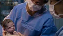 بالفيديو: نظرة عابسة فابتسامة.. مولود ينال إعجاب الملايين!