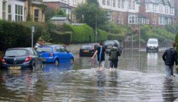 العاصفة دينيس تتسبب بأمطار غزيرة وفيضانات في بريطانيا