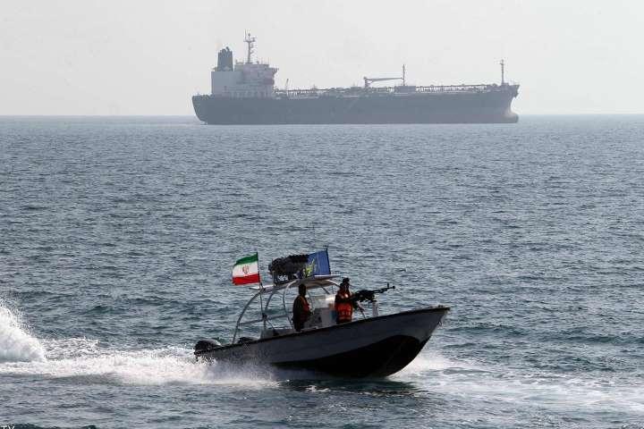 ايران تحتجز سفینة أجنبية في خليج عُمان وتعتقل 13 بحارا