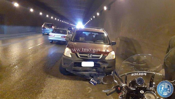 انزلاق مركبة وحركة المرور كثيفة في محلة انفاق المطار باتجاه بيروت