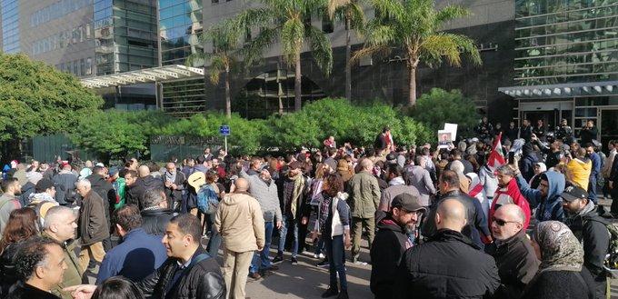 إشكال بين بعض المحتجين والقوى الامنية أمام مصرف لبنان