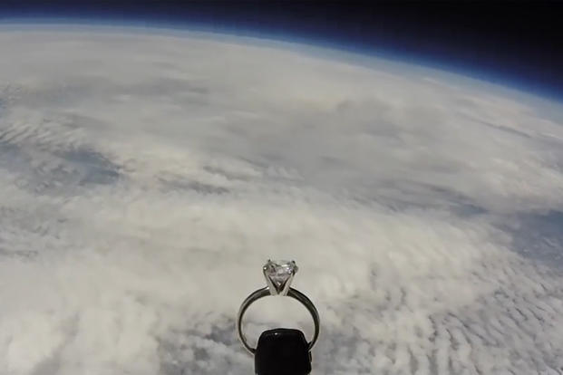 بالفيديو: عرض زواج.. طيار يرسل خاتم خطوبة لحبيبته من الفضاء!