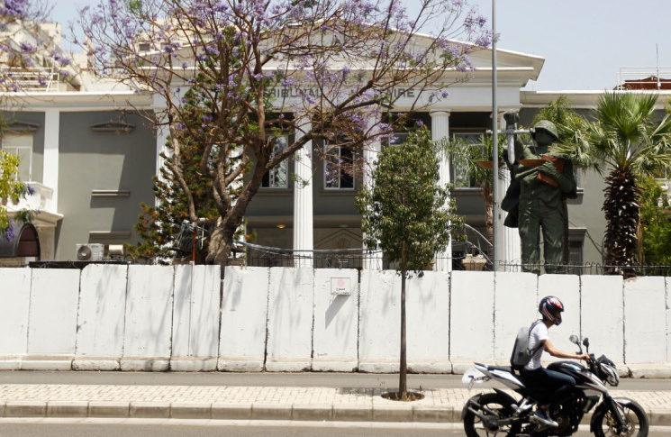 المحتجون واصلوا اعتصامهم امام المحكمة العسكرية