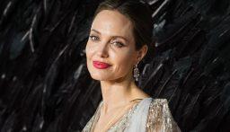 أنجلينا جولي تخطف الأنظار على السجادة الحمراء في روما