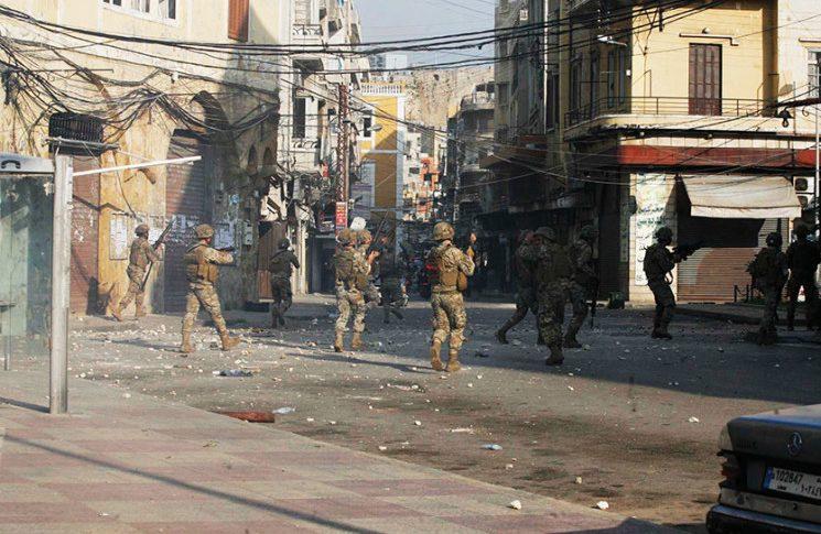 الجيش دخل حي الشراونة وينفذ مداهمات بعد اشتباكات بين عائلتي جعفر و زعيتر