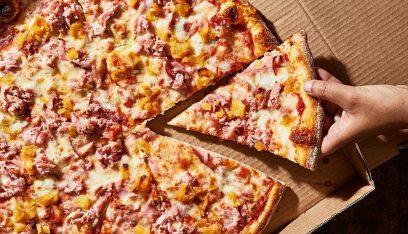"""بالصورة: مطعم يمنع دخول رئيس احدى الدول.. فتناول """"البيتزا"""" على الطريق"""