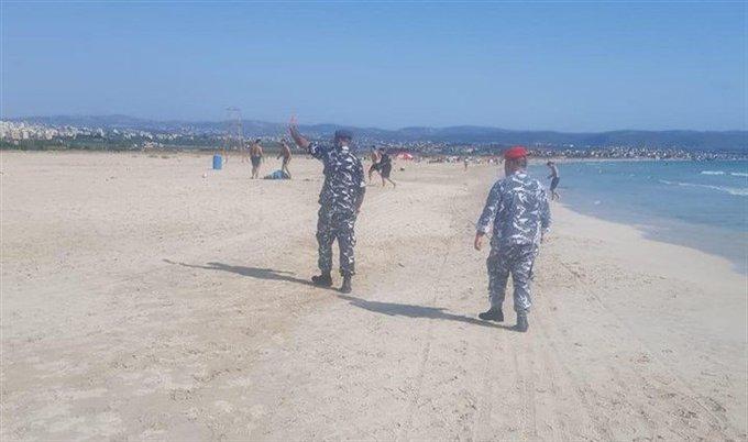 قوى الامن تخلي الشاطىء الجنوبي والكورنيش البحري في صور