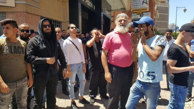 محتجون يعتصمون أمام دار الإفتاء في طرابلس للمطالبة بعدم التمديد للمفتي مالك الشعار