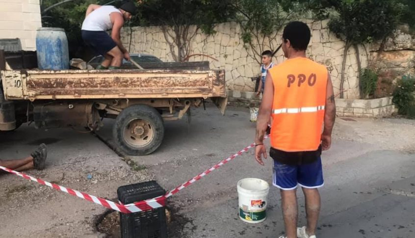 جمعية حماة الارض بحبوش تصب الحفرات على طرقاتها