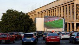 بالصور: مشاهدة مباراة لكرة القدم في تشيكيا داخل السيارات