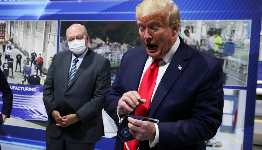 """""""لن أمنحهم هذه المتعة"""" لهذا السبب لا يرتدي ترامب الـ""""كمامة""""!"""