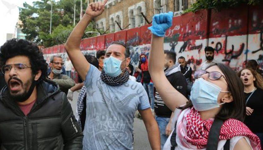 عناصر الدفاع المدني مستمرون في اعتصامهم والطريق لاتزال مقطوعة امام الداخلية