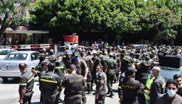 20 عنصرا من متطوعي الدفاع المدني يتجمعون عند صخرة الروشة وينتظرون مقابلة وزير الداخلية