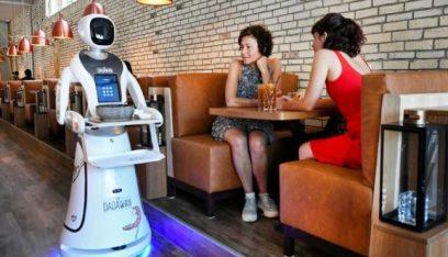 """بالفيديو والصور: مطعم هولندي يتخطى أزمة كورونا.. بـ""""روبوتات"""""""