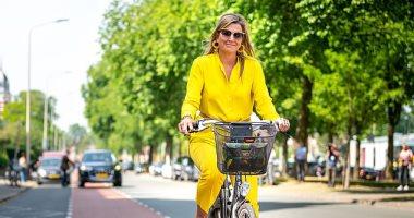 بالصور: ملكة هولندا تطل بأناقتها فى شوارع لاهاي على دراجة هوائية..
