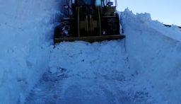 وزارة الأشغال باشرت جرف الثلوج على طريق الأرز عيون أرغش