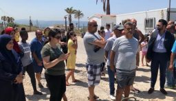 أصحاب الخيم البحرية في منطقة الجمل صور اعتصموا احتجاجا على إقفال البلدية لمدخلها بمكعبات الاسمنت