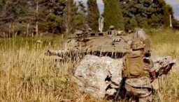 بكل جدارة وعنفوان.. عسكري في الجيش اللبناني بوجه دبابة ميركافا اسرائيلية