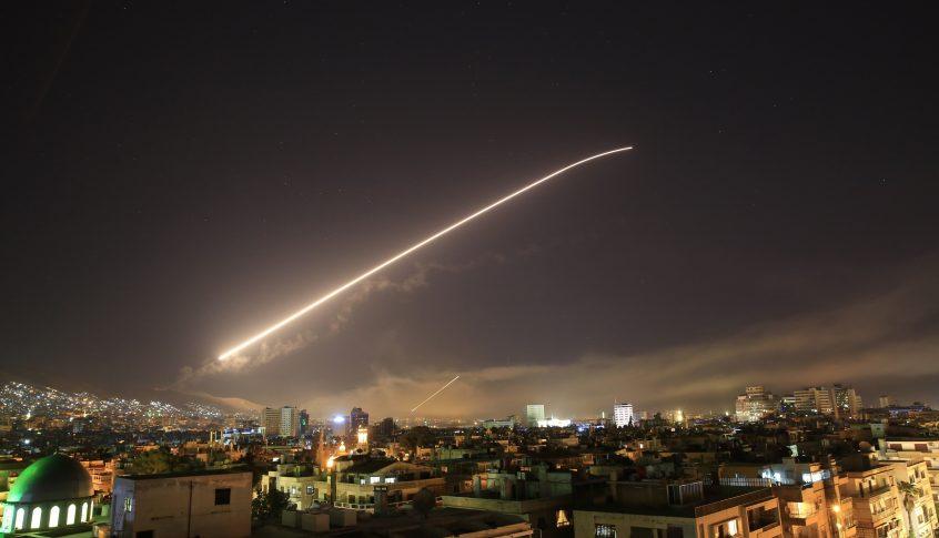 الدفاعات الجوية السورية تتصدى لعدوان إسرائيلي استهدف مواقع في محافظتي اللاذقية وحماة