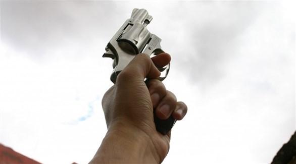 شهر مسدسه وأطلق النار…لفرض احترام التباعد الاجتماعي