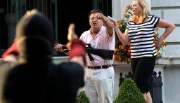بالرشاشات والأسلحة الناريّة… زوجان يهدّدان المتظاهرين في الولايات المتحدة