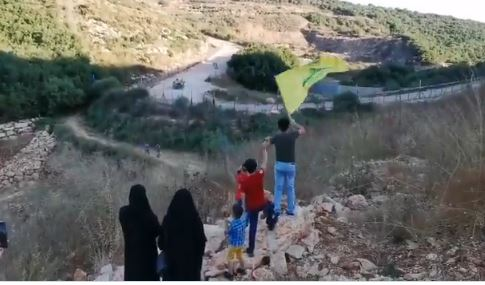 """على بعد امتار من الالية العسكرية.. أطفال الجنوب لـ""""العدو"""": """"يا خويف يا جبان""""! (فيديو وصور)"""