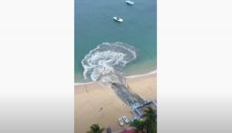 بالفيديو: مياه صرف صحي سوداء تغرق شاطئ أكابولكو الشهير في المكسيك (فيديو)