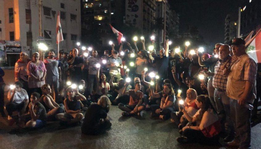 المحتجون في ايليا أضاؤوا هواتفهم حدادا على المنتحرين بسبب الاوضاع