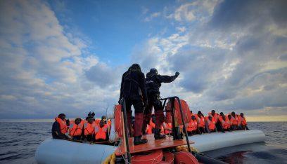 """إيطاليا تسمح لـ""""أوشن فايكنغ"""" بإنزال 180 مهاجرا أنقذتهم"""