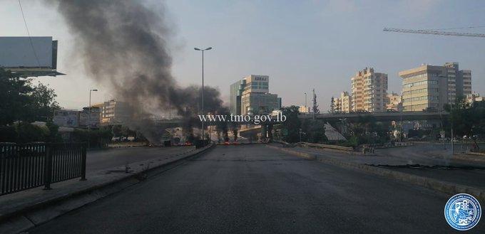التحكم المروري: قطع السير على اوتوستراد الرئيس الهراوي-فرن الشباك بالاطارت المشتعلة بالاتجاهين