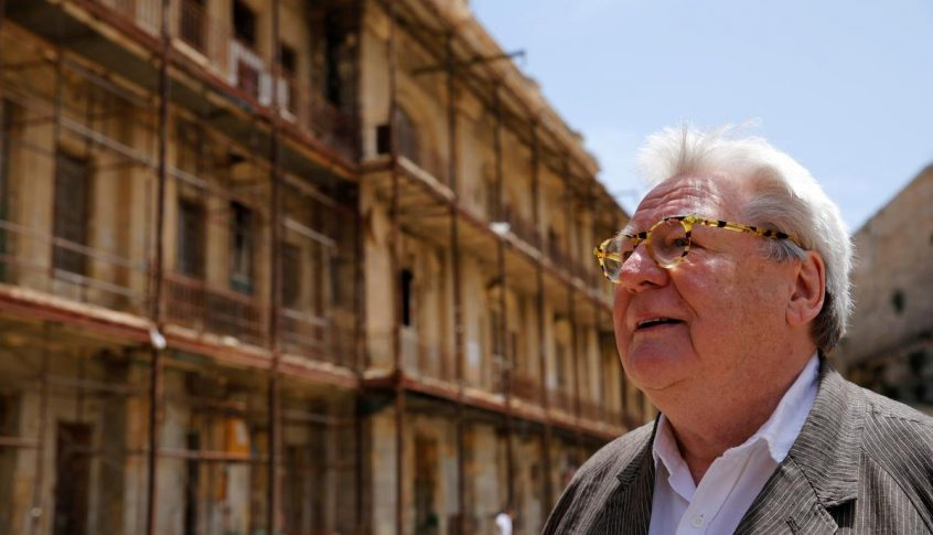 وفاة المخرج البريطاني الشهير آلان باركر