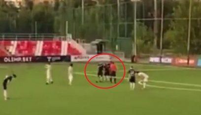 بالفيديو والصور: لاعب يعتدي بالضرب المبرح على حكم أشهر في وجهه بطاقة حمراء