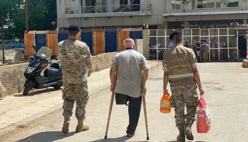 توزيع المساعدات الغذائية على العائلات المتضررة جراء انفجار مرفأ بيروت