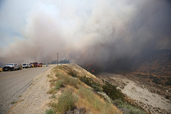 بالفيديو: حريق ضخم في كاليفورنيا يجبر الآلاف على ترك منازلهم