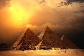 """""""كائنات فضائية قامت ببناء الأهرام"""" في مصر!"""